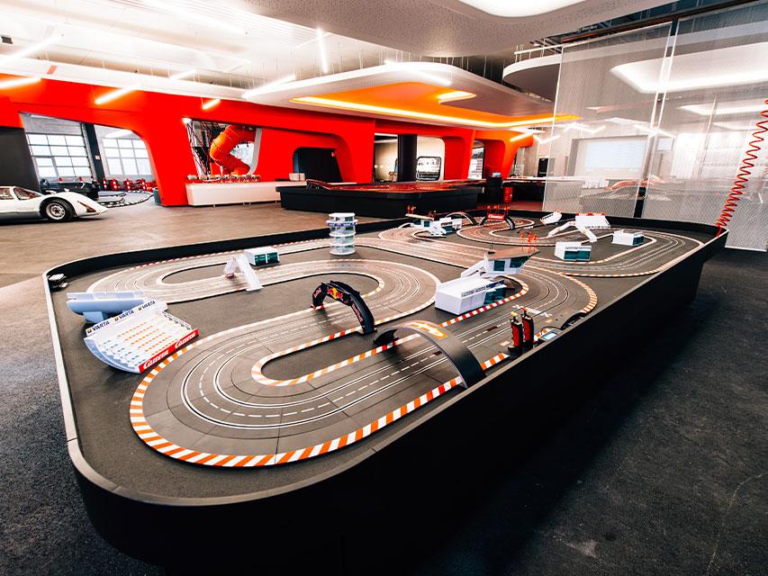 Kooperation mit Architekt: Carrera World Ladenbau für das Motorsporterlebnis in Oberasbach