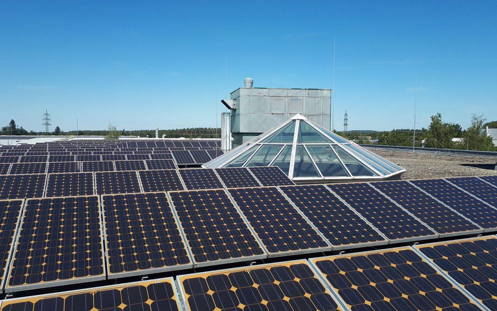 Luftbild der Solaranlagen vom Firmengebäude