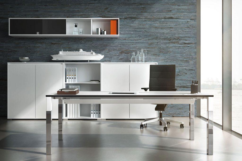 Büroeinrichtung mit Tisch, Regal und Dekoelementen
