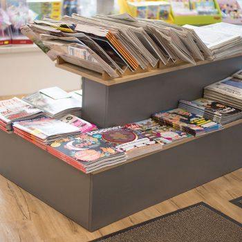 Schreibwarenladen: Zeitschriften-Pyramide