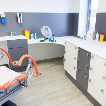 Facharztpraxis: Behandlungsraum Schrankelement