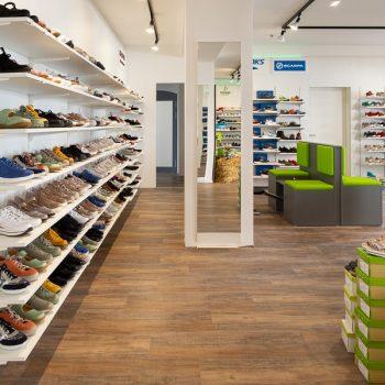 Schuhorthopädie Roth: Verkaufsfläche mit Tegometallwänden